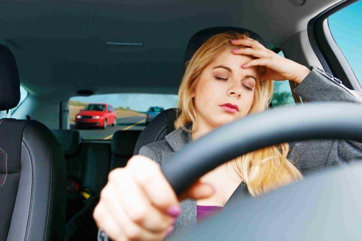 Junge Frau verzweifelt hinterm Steuer eines Autos