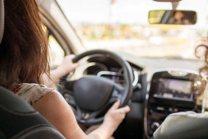 Frau am Steuer mit Beifahrerin