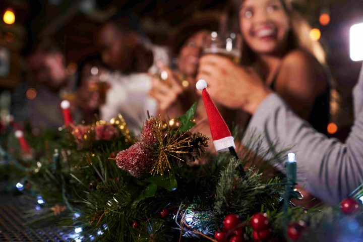 Menschen trinken Alkohol in der Weihnachtszeit