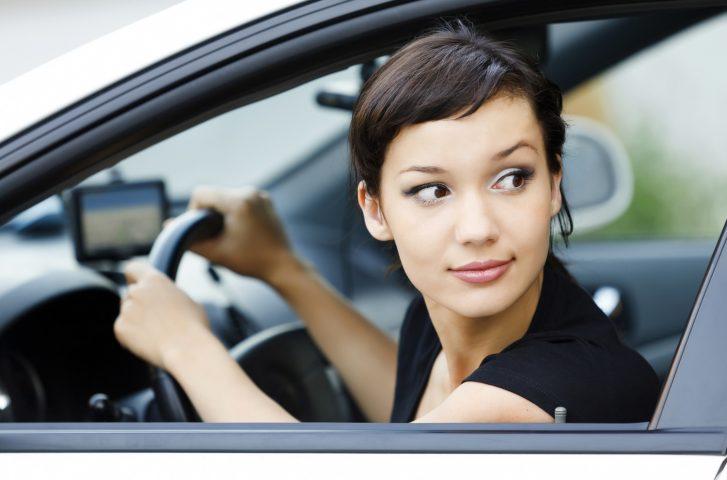 Frau blickt aus dem Auto