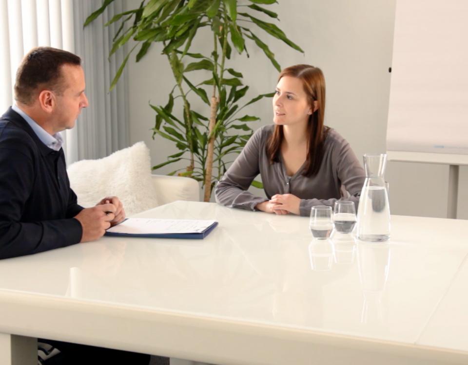 Teilnehmerin einer verkehrspsychologischen Untersuchung beim Gespräch mit dem Psychologen