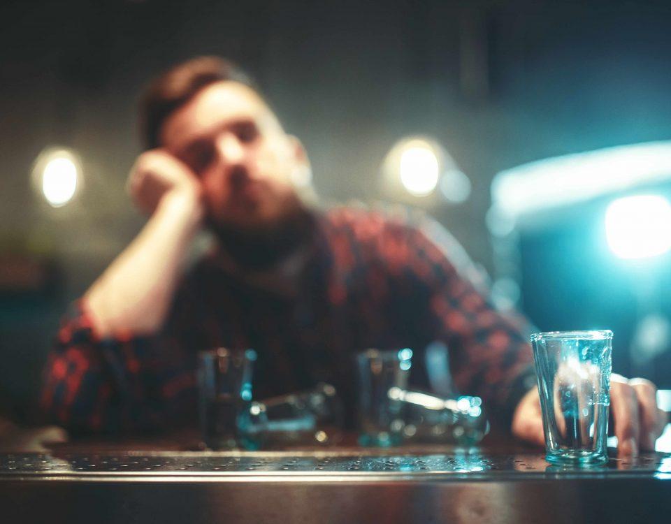 Junger Mann alkoholisiert in Bar.