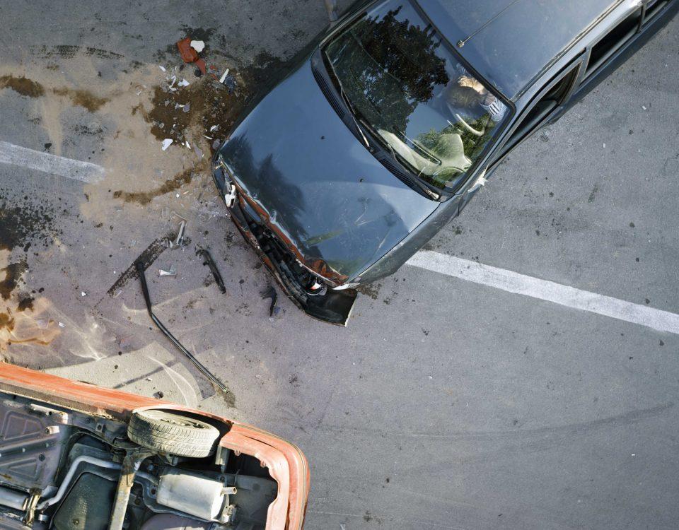 Zwei Autos nach einem Verkehrsunfall, eines liegt auf dem Dach.